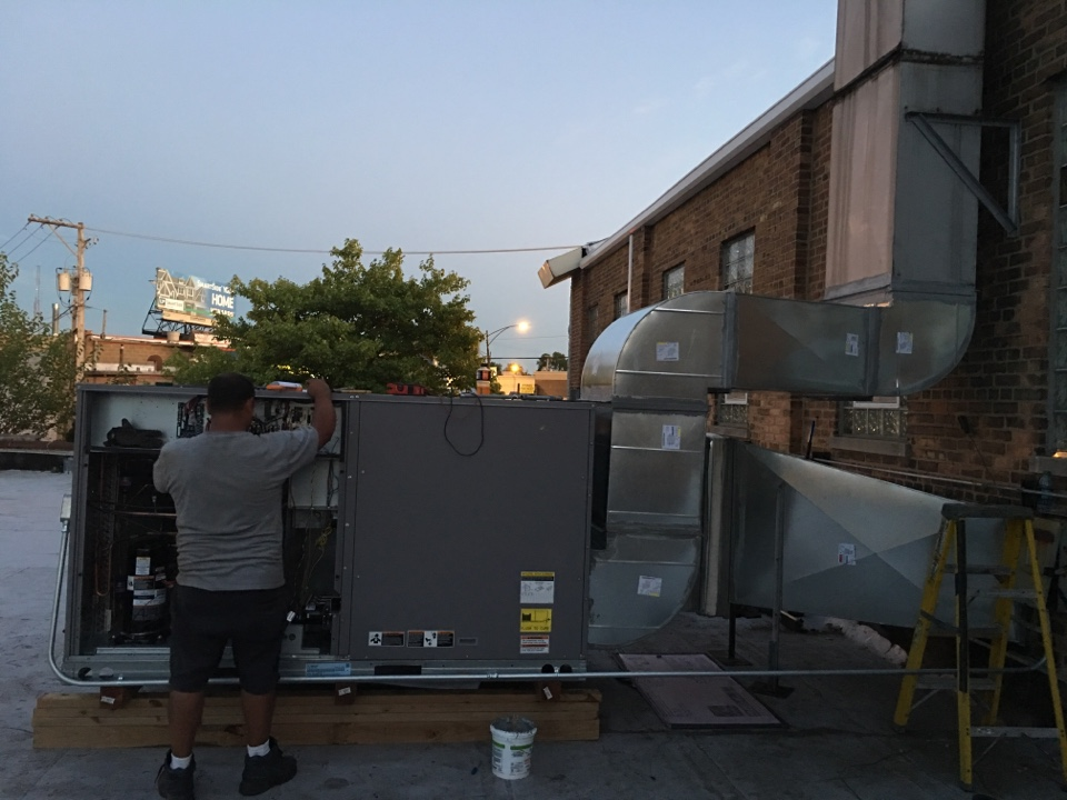 Installing a carrier roof top unit in W Gettysburg St, Chicago, IL, USA.